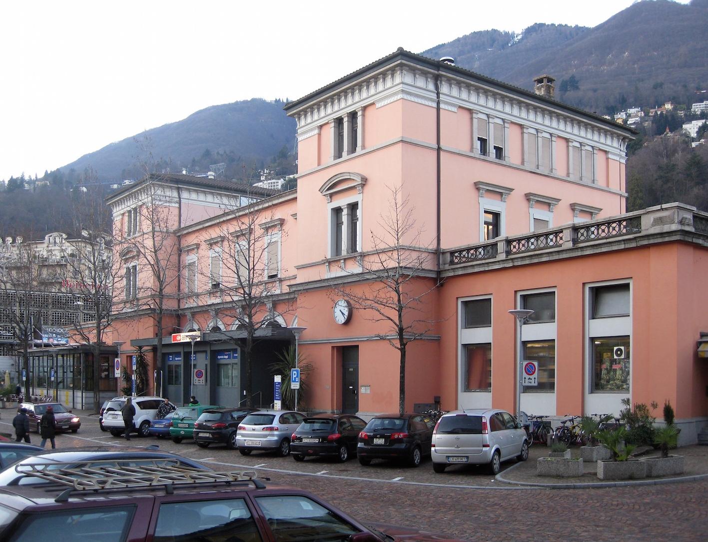 """""""Empfangsgebaeude Bahnhof Locarno CH 20110101"""" von Sir James - Eigenes Werk. Lizenziert unter CC BY-SA 3.0 über Wikimedia Commons - http://commons.wikimedia.org/wiki/File:Empfangsgebaeude_Bahnhof_Locarno_CH_20110101.jpg#/media/File:Empfangsgebaeude_Bahnhof_Locarno_CH_20110101.jpg"""